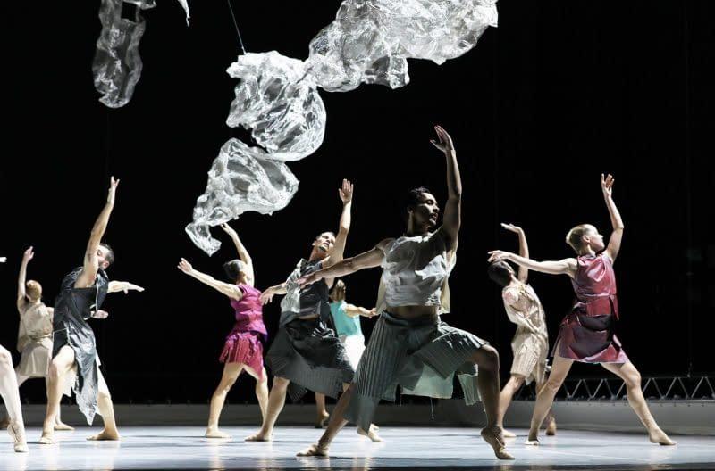 INTRODANS danst:in a reflective landscapechoreografie: Regina van Berkelpremiere 23 oktober 2020 Schouwburg, Arnhem.